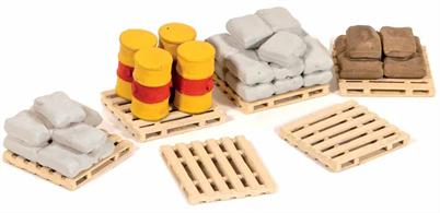30 sacks, 6 pallets and 4 barrels; useful for detailing around the Goods Shed (Ratio 534), Coal/Timber Merchants (Ratio 525), Provendor Store (Ratio 513) or station yard. Glue and paints required to complete model.