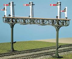 A Gantry to support signals, such as the semaphore signals in our Advanced Construction packs Ref 466 (GWR), 476(LMS), 477(LNWR) and 486(LNER/SR). It can also be used to mount colour light signals, and route and platform indicators. Kit contains the gantry structures only, additional signal posts and arms from the packs (above) are required to complete the model. Glue and paints required.