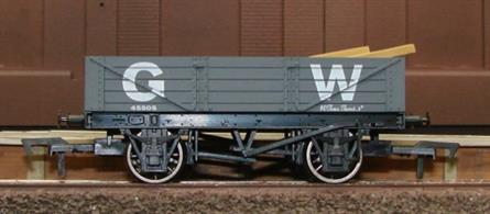 Dapol 4F-040-007 GW 4-Plank Open WagonLow-sided 4-plank open wagon in the goods grey livery of the Great Western. Supplied with sawn timber load.