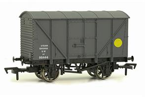 Dapol 4F-016-009 00 Gauge GWR Banana VanA detailed model of an insulated banana van painted in Great Western goods grey. Banana vans were fitted with heating equipment to help ripen their loads