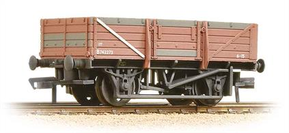 A detailed model of the BR built china clay wagons as running in the 1960s and 70s when standard tarpaulin sheets were used when the wagons needed to be covered.These wagons had side and end doors to permit rapid unloading and remained in service into the 1980s.Length 80mm. Era 5-6, 1957-1971