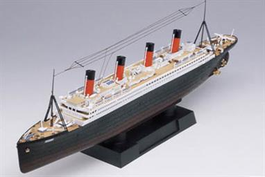 Academy 1/700 R.M.S Titanic with LED set 14220Glue and paints are required