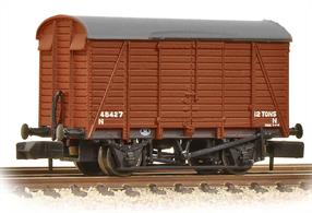 A new detailed model of the distinctive Southern Railway design ventilated box van with three-arc roof.This model has even width planks and is finished in British Railways bauxite livery.Era 4-5 1948-1968