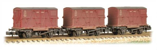 Pack of three BR 4-wheel conflat container wagons with large BD type containers. These wagons have a weathered finish, replicating the appearance of wagons in service.Era 4.