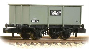 A detailed model of the BR standard design of 27-ton capacity tippler wagon.These wagons did not have side doors, being emptied by turning the entire wagon upside-down in a rotary tippler. Later overhead or mobile grabs and mechanical shovels were used to load and unload these wagons.