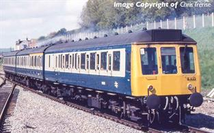 Expected April 20203 car DMU set is painted in the refurbished blue & grey livery, applied from the early 1980s. Era 7 1971-1982. Model features cab ends with marker lights, twin exhausts with silencers, modified bogies, round buffers, through gangways and bodyside heater louvre on DMBS car.