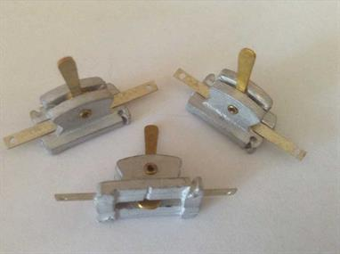 Pack of 3 single non-locking levers with a variable throw of up to 4.75mm. (3/16th. inch)Can be used singly or grouped together, attached directly to a point tie bar or connected remotely using the Mercontrol  wire-in-tube system.Fix securely with pins or small screws through slots at each end.Stock - Will be supplied from larger packs when needed.